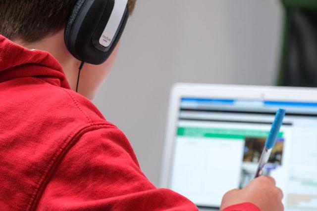 テックアカデミーのWebアプリケーションコースとフロントエンドコースの学べる内容の違いは?